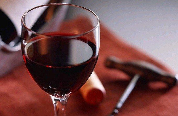 红酒加盟商告诉你红酒的九大功效   红酒当中含有多种营养成分,适度饮用红酒能直接对人体的神经系统产生作用,提高肌肉的张度。除此之外,红酒中含有的多种氨基酸、矿物质和维生素等,能直接被人体吸收。因此红酒能对维持和调节人体的生理机能起到良好的作用。可以说红酒是一个良好的滋补品。红酒加盟商蓝菲告诉您红酒给我们带来的九大功效。   1、红酒可增进食欲   红酒鲜艳的颜色,清澈透明的体态,使人赏心悦目。倒入杯中,果香酒香年鼻,品尝时酒中单宁微带涩味促进食欲。   2、红酒有助消化的作用   100克的红酒可以使