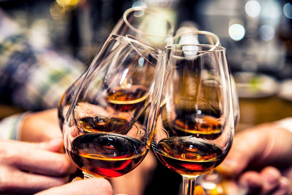 敬酒礼仪_葡萄酒品鉴会礼仪知识分享_红酒代理,红酒加盟,蓝菲红酒,一手 ...